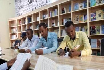 الصومال تنفض غبار الحرب عن المكتبة الوطنية وتعيدها لسيرتها الأولى