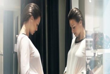 طرق ارتداء القميص الأبيض القطعة التي تمتلكها كل امرأة